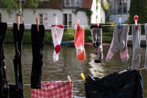 Tøj tørrer på tørresnor