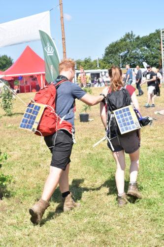 Ud i det fri med solceller på ryggen. Foto: Hjalte Andersen.