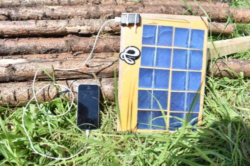 Det endelige resultat af de bærbare solcelleopladere til mobiltelefonen. Foto: Hjalte Andersen.