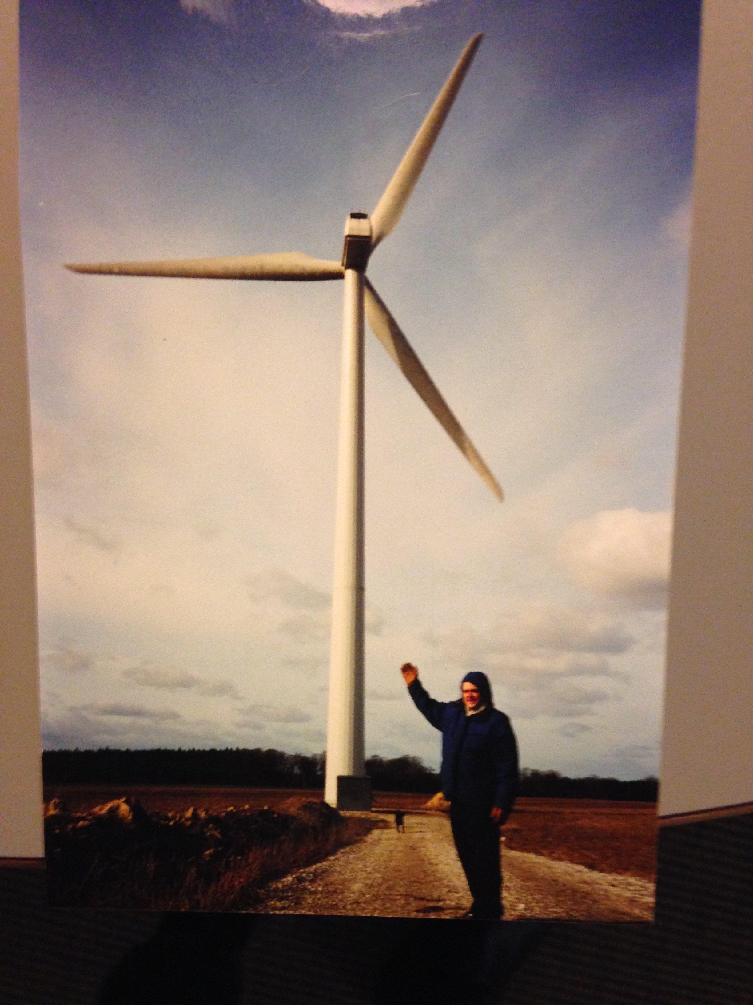 Jesper Carlsen (på fotoet) er i dag en af 100 glade medejere af denne vindmølle.